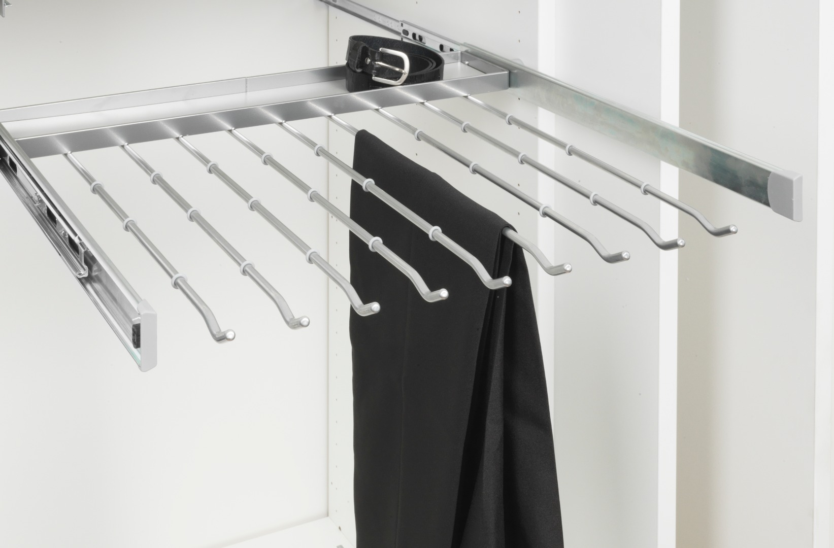Выкатной держатель для брюк в шкаф 600 с крепежом на боковины, мягкое закрывание серебристый